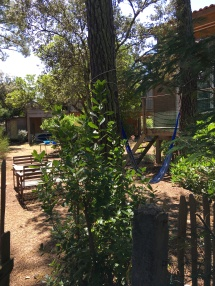 outside dining place and hammock in the Tiny House's garden / la table à manger et l'hamac dans le jardin du Tiny House