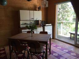 the dining place and the kitchen / la table à manger et la cuisine