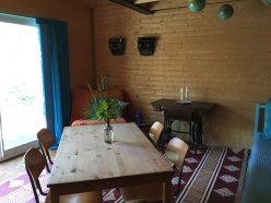 the dinning place on the 1st floor / le table à manger au 1ère étage