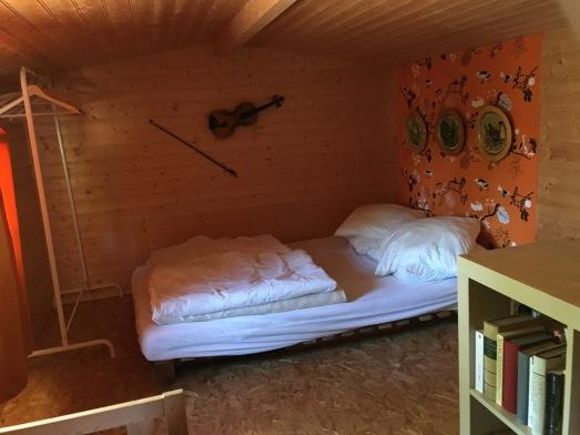 the double bed on the 2nd floor / le lit double au 2ème étage