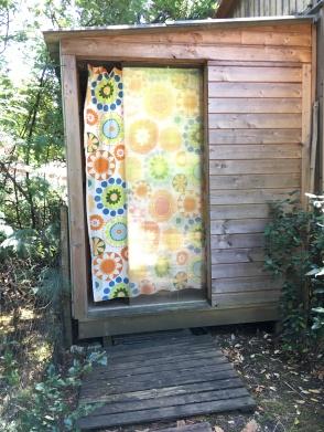 The private bathroom in it's own cabin outside the Tiny House / la salle de bain privée dans sa propre cabane à l'extérieur du Tiny House